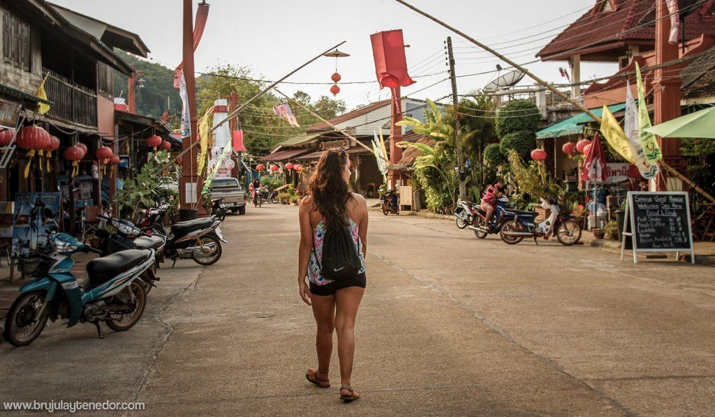 Carla caminando en tailandia