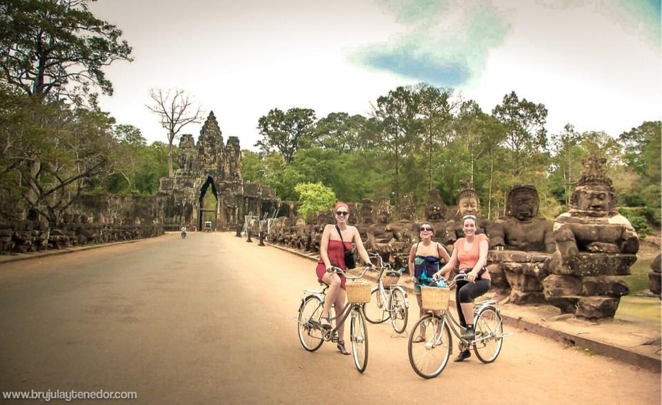 recorriendo angkor wat en bicicleta