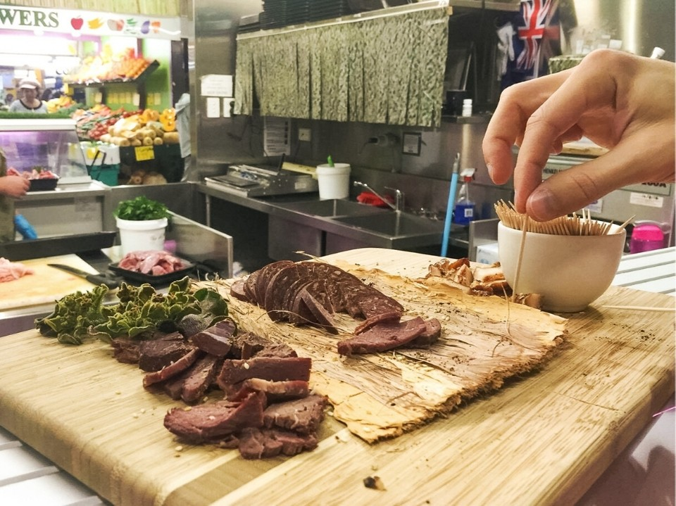 desgustación de carne de cocodrilo en mercados en Australia