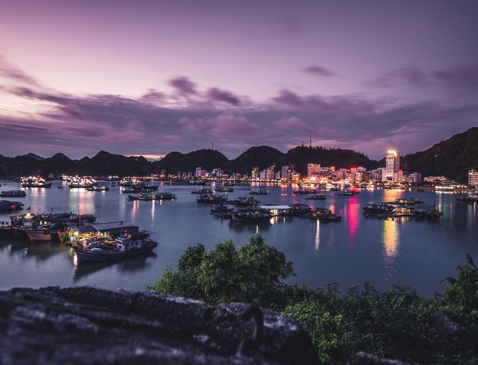 bahía de cat ba de noche