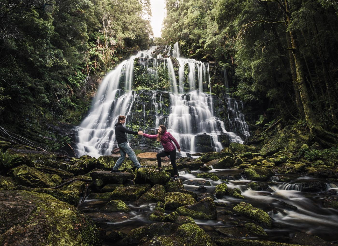 Carla y Edu en cascada en tasmania