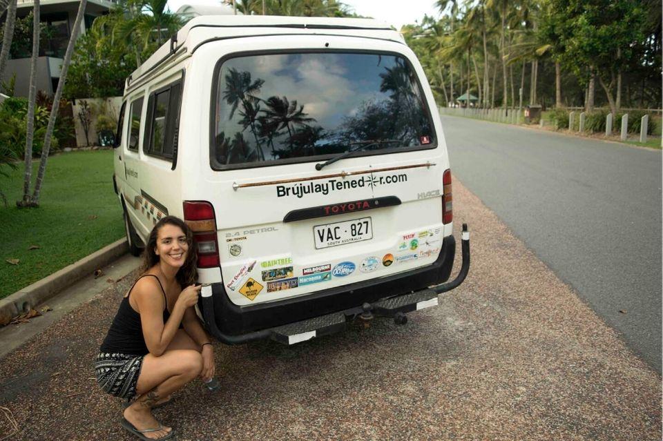 Carla y La Bandida con todos los stickers de nuestro roadtrip por Australia