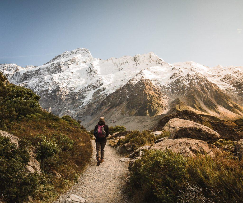caminando por las montañas de nueva zelanda