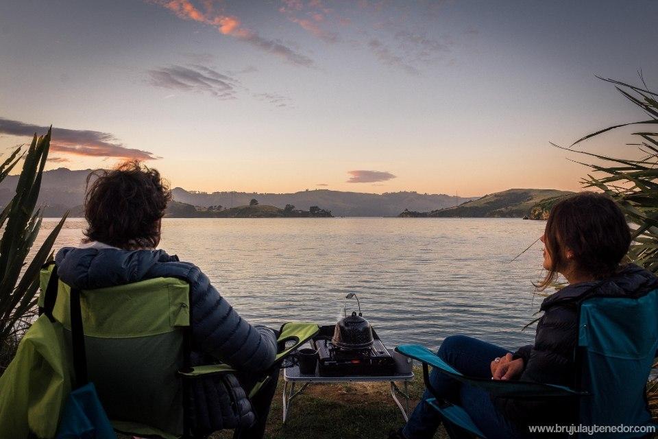 acampando frente el lago en un rodtrip por nueva zelanda