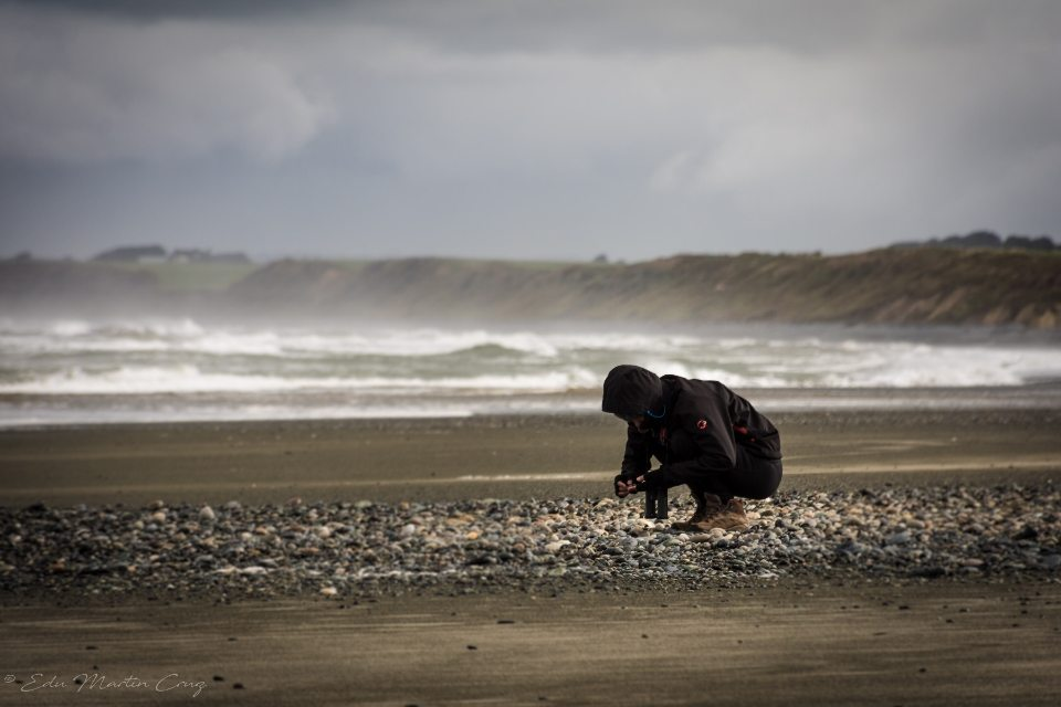 Carla seleccionando piedras en Gemstone Beach