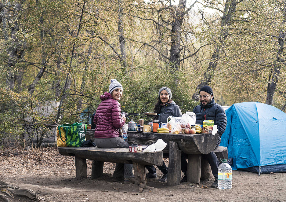 Desayunando en Camping Rocas Basálticas antes de ir al sendero El Bolsón en Parque Ingles