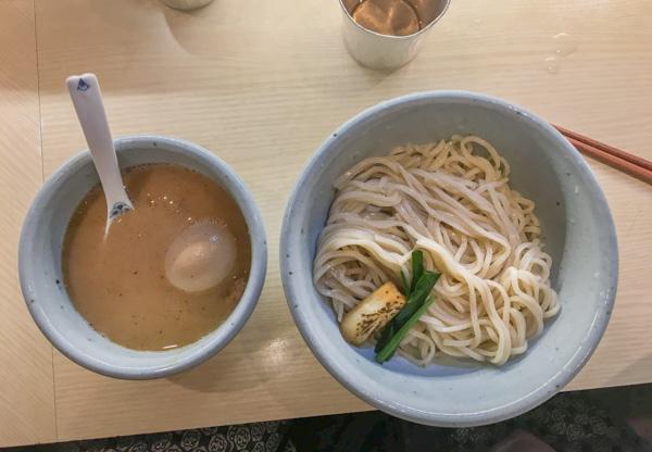 el tsukemen es una variante del ramen con los noodles separados del caldo