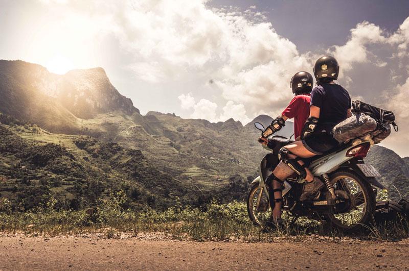 Carla y Edu en la moto en Ha Giang