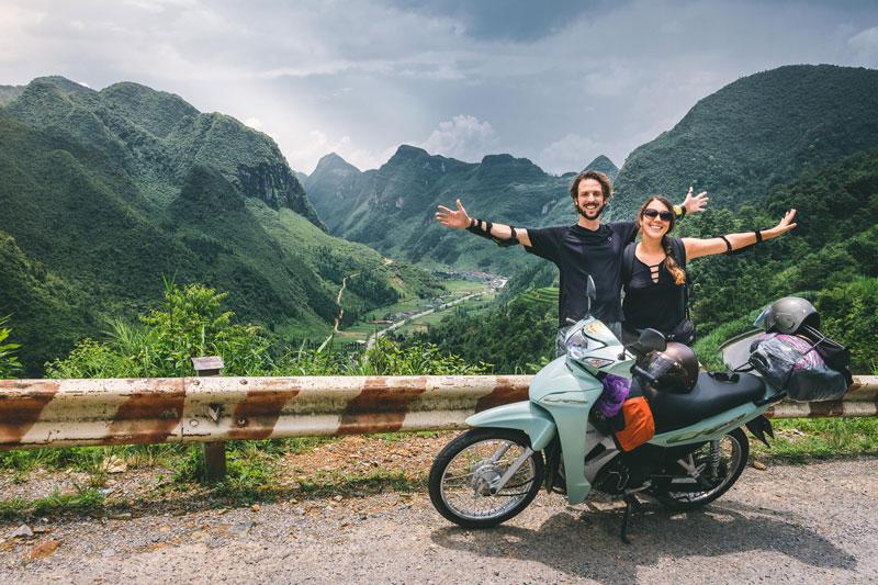 Carla y Edu felices en el Ha Giang Loop en vietnam